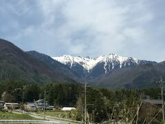 自家用車で春の景色を楽しみながらドライブです。 高速道路から駒ヶ岳が見えました。山頂はまだ寒そうですね。