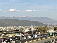 高速道路の諏訪湖サービスエリア(下り線)から上り線のサービスエリア方面の景色。八ヶ岳がきれいです。