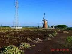 畑の土に風車が見える何もない光景。