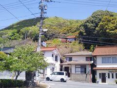 写真は、このあと訪れた尾関山公園の駐車場入口から北を見ている。比熊山城跡のある山の南側が見えている。