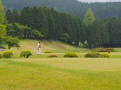 森のすぐ横は箱根湖畔ゴルフコース  ゴルファーの朝も早い。  負けじとドライバーを振り回していた頃から幾星霜。
