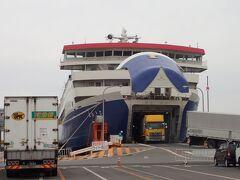 無事佐渡の両津港に到着!すごいトラックってこんな風にして出てくるのですね。