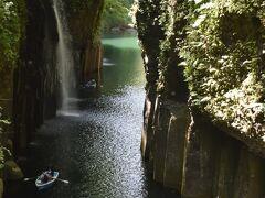 高千穂峡といえばこの写真。  遊歩道にある滝見台からの真名井の滝です。手前の柱状節理もすごい。