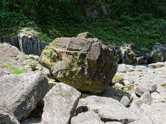 しめ縄が張られているのは、鬼八の力石です。  三毛入野命に成敗された鬼八が、力比べに投げた石と言われています。