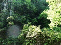 そびえ立つ岩は仙人の屏風岩。高さ70mもある一枚岩です。