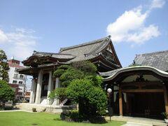 鉄筋コンクリート造の重厚な本堂 本堂前は、芝生となっていました。 空の青と芝の緑が、とても美しいかったです。 旧神奈川宿で一番古いお寺です。