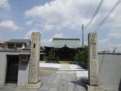 滝の川に架かる土橋を渡ると川のほとりに鎌倉時代創建の浄龍寺があります。