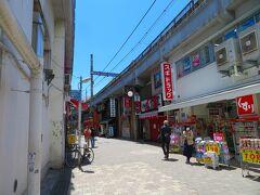 上野アメ横にお昼過ぎに到着、ココだけ見れば人は少ない。