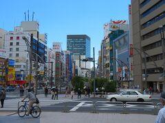 上野公園前の中央通りも人は少ないが昨年ほどではない。