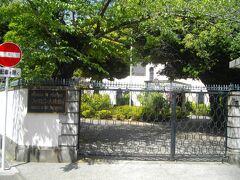 大神宮通りを少し下り、右手の二合半坂を登ると、立派な小学校などがあり、その先にフィリピン大使館公邸がある。ちょっとシャレたデザインの建物がみえる。