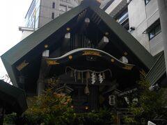 拝殿横を通って正面にまわる。神社は、ビルとビルの間の狭いところにはさまれて建っている。境内、といえるスペースはほとんどない。社殿は出雲系。