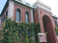 岩崎博物館(ゲーテ座記念)です。建物に見事にバラが絡んでます。
