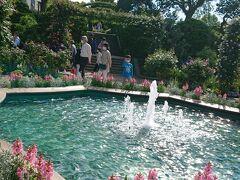 「沈床花壇の噴水」です。噴水の澄んだ水面と周りを囲むピンクの花がキレイ。
