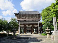 名古屋駅より、自転車に乗り換えて、織田信長公の父の信秀公の居城があった、古渡城跡に行ってみます。  地図に従い行ってみたら、大きな寺院がありました。  真宗大谷派の名古屋別院さんです。