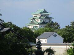 最後に名古屋城を見て自宅に戻ります。  現在は金の鯱が外されており、少し違和感があります。  手前の像は、加藤清正公です。