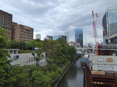 ●お茶の水橋  GWの日曜日の午後、この日の東京都心は雨が降ったり止んだりの不安定な空模様。 こんなお天気なので寄り道はせず、地下鉄丸ノ内線「御茶ノ水駅」で下車し、神田川に架かる「お茶の水橋」を渡って目的地へと直行することに。