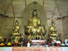 10:15 「来迎三尊像」は国の重要文化財。 中央の高さ241cmの「会津大仏」は千体仏を付けた船形光背を背に、右に観音菩薩、左に勢至菩薩を脇侍として従えています。