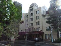 ●山の上ホテル  大通りから1本奥に入った高台に、この日のメインスポットが! こちらの建物は、アメリカの建築家ウィリアム・メレル・ヴォーリズの設計により1937年に完成し、1954年からは「山の上ホテル」として営業しているクラシックホテルです。  コロナ禍の中、最近近場のホテルステイがマイブームになっており、GWとはいえこんなご時世で遠出できないため、気分転換も兼ね1泊してみることに♪  ◇山の上ホテルホームページ◇  https://yamanoue-hotel.co.jp/