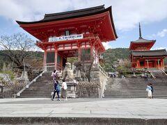 京都駅からバスで清水寺へ。仁王門です。 思ったより観光客がいます。