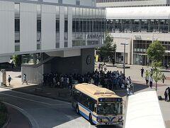 桜木町駅前に行列ができている。 新たにできたヨコハマエアキャビンに並ぶ人たちだ!!