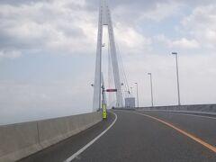 新湊大橋を渡します。
