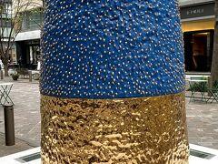 丸の内のメインストリート『 丸の内仲通り』では、近代彫刻の巨匠の作品や世界で活躍する現代アーティストの作品を楽しむことができます。  こちらは、桑田卓郎さんの『つくしんぼう 』。  本物の土筆は丸の内では見ることはできませんが、超ドデカ土筆んぼうを見ることはできますー
