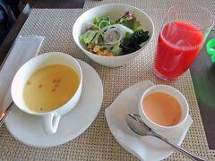 朝食は和食を選択し、富貴庵でのんびりといただきたかったのですが、レストランにて洋食か和食を選択するという仕様に変わりました。  これは正直、残念。。  洋食のスープ、サラダ、ドレッシング。 トマトジュースはフレッシュで美味しいです。