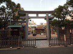 16:48 今宮戎神社 関東地方でも、ニュースで十日戎の様子が流れます。 商売繁盛で笹持ってこい! 福笹を持った人でごった返す映像が印象的。  鳥居は三ツ鳥居
