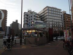 17:02 ちょっと歩いて、地下鉄の大国町駅へ向かいます。  街の雰囲気が東京の浅草の蔵前あたりに似ています。 空襲で焼けた跡に木造モルタル二階建ての家を建て、戦後50年頃からビルに建替えたのでしょう。近年の町並みの成り立ちが似ているからかな。