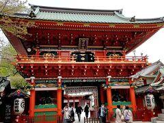 『一の鳥居 』をくぐり、参道を歩いていくとあるのが、こちらの立派な『 随神門』です。  昭和50年に昭和天皇御即位50年の記念事業として新たに再建されたものだそうです。 総檜造りで朱塗りの立派な門です。 四方に四神(青龍・白虎・朱雀・玄武)が彫刻されていました。  随神門のそばに「神田明神」の御由緒が掲載されていました。