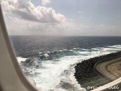 奄美空港は、風が強く、白波が立っていました。