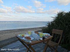 なので、朝食はデッキでいただくことにしました(^^♪。 少し肌寒かったけれど、波の音と、鳥のさえずりを聴きながらの朝食は、プライスレス!