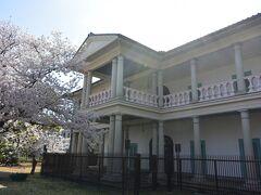 銀橋のたもとにある泉布館は1871年に建てられたコロニアル様式の木造建築で、造幣寮(今の造幣局)の応接所として建てられました。 翌年、明治天皇が行幸されているので、実質的には行幸のために造られたのだと思われます。  例年、内部公開は3月の数日間ですが、今の状況下では公開はしておらず、そのか わり大阪市による内部映像の動画配信が行われています。
