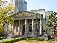 同じ敷地内にある旧桜宮公会堂はギリシャ建築を思わせる建物です。  元々は造幣寮の正面玄関で、建物そのものは1927年に取り壊されましたが、正面玄関の石材だけは保存され、1935年に明治天皇記念館の正面玄関として復元され戦後は桜宮公会堂となりました。現在はレストランとして活用されています。