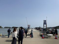 【丸文松島汽船の松島周遊コース(政宗コース)】 松島レストハウスへ集合し、6番乗り場へ移動  右は仁王丸コースのお客さんで大行列 丸文松島汽船の政宗コースは空いててよかったー