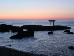 夜中に自宅を出て、 まずは大洗磯前神社の磯前鳥居に向いました。