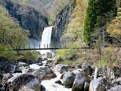 近づくいていくと滝の凄さがわかります。 滝の手前にもうひとつ吊り橋があります。