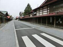 【黒石 中町こみせ通り】 すずのやの目の前には、重要伝統的建造物群保存地区の中町こみせ通りがあります。 渋い街並みです。