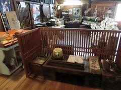 こちらは、すずのやに一番近い「鳴海家住宅」、鳴海醸造店「菊乃井」です。 1806年創業だそうで、文化財にもなっています。  何種類もの日本酒を作られており、試飲もでき、お酒を購入しました。 このあと訪れる、蔦温泉でもここの「稲村屋」というお酒がメニューにあり頂きました。