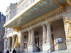 王立ドラマ劇場 真っ白な大理石と金の装飾が目を惹く。