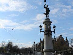 ユールゴーデン島に続く橋。 橋には北欧神話の神がいる。