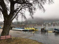 スプーンさんを出て中禅寺温泉バスターミナルに向かいました。 中禅寺湖畔の貸しボートはこの時期まだ休業中でした。