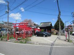 駅から来ると赤い鳥居が連なる「御清水稲荷神社」の裏手北側になります。 その前が食堂の第1駐車場になっていて何台か停められます。