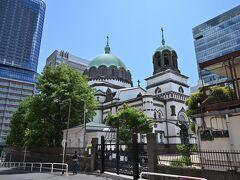 ●ニコライ堂  最初に訪れたのが、周囲がビルだらけの中に一際異彩を放つ、東方正教会の大聖堂・通称「ニコライ堂」です。 正式名称は「東京復活大聖堂」で、明治期の建築家として有名なジョサイア・コンドルが実施設計を担当し、1891年に竣工しています。  ジョサイア・コンドルと言えば、去年訪れた「三菱一号館」や「旧古河庭園大谷美術館」も彼の設計だったかと。   ●丸の内プチ散策&東京ステーションホテルステイ  https://4travel.jp/travelogue/11646100 ●旧古河庭園で華やかな秋薔薇を愛でる  https://4travel.jp/travelogue/11660165