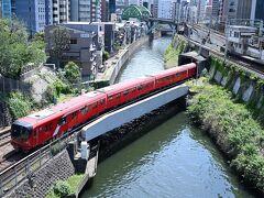 ●聖橋  そのまま道なりに進み、神田川に架かる「聖橋」を渡っていく途中、ちょうと東京メトロ丸ノ内線の赤い車両が通過していくところ。 って地下鉄ですけど、ここは地上に出てくる箇所なんですねぇ。