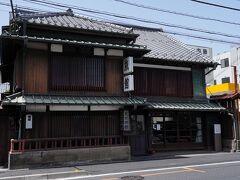 少し歩くと、左手に武村旅館が見えて来る。 その建物は、桶川宿にあった旅籠のひとつで、明治になって旅館業を営む際、向かって左手部分を増築したそうだが、間取りほぼ旅籠当時のままだそうだ。