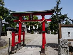 さらに裏道伝いに歩くと、桶川稲荷神社に辿り着いた。 その社は、桶皮郷の惣鎮守として嘉禄年間(1225~27)に創建されたもので、現在も桶川市民に親しまれ、元日には参拝客が境内の外まで溢れるほどの混雑となる。