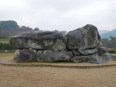 古墳単体としては日本でも指折りの有名古墳じゃないかな? 作られたのは7世紀の初めで蘇我馬子のお墓というのが定説。 が、昔過ぎて真相は不明。 「石舞台」の由来は一般的には石の形状からということらしい。 確かに舞台っぽいかな? 昔はこの古墳の上に上がってお弁当食べてたりしたらしい。 もちろん今は石の上に上がるのは禁止!