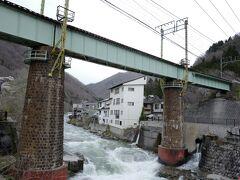 国道橋からよく見える、湯檜曽川に架かる上越線上り線(旧線)の鉄橋。石積みの橋脚と、利根川の清流との コラボかとにかくかっこいいのです!