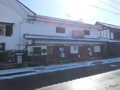 お腹空いた~。  逆光になってしまう。 朝食はここで食べるつもり満田屋。 江戸末期創業の老舗のお店。ここのみそ田楽を楽しみにしていました。 10時から営業なので遅めの朝食。